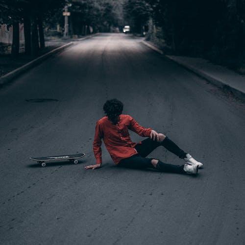 Foto stok gratis aspal, duduk, jalan, laki-laki