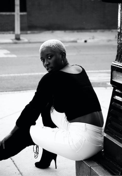 Darmowe zdjęcie z galerii z atrakcyjny, czarna kobieta, czarno-biały, czarnoskóry