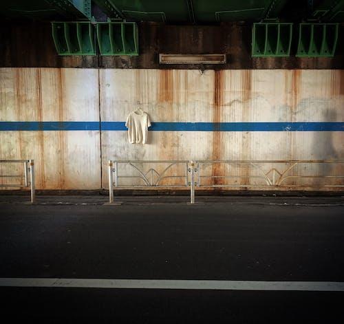 Darmowe zdjęcie z galerii z architektura, balustrada, beton, biała koszulka