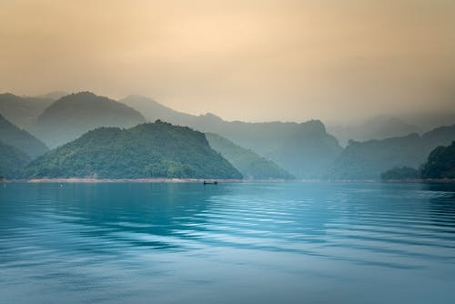 Gratis stockfoto met berg, blikveld, bomen, boot