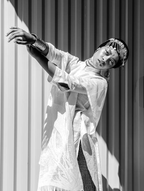 Monochromes Foto Der Frau, Die Weißes Kleid Trägt