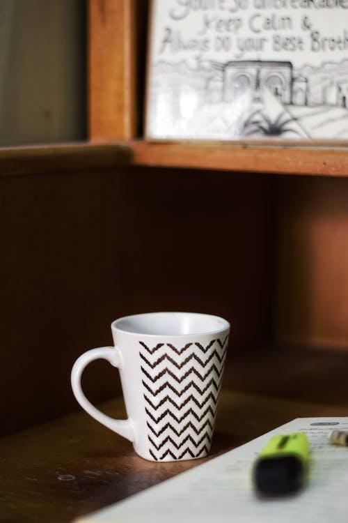 bibliotecă, cană, cană de cafea