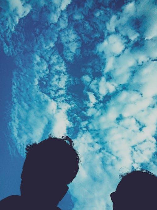 걷고 있는 사람, 푸른 하늘의 무료 스톡 사진
