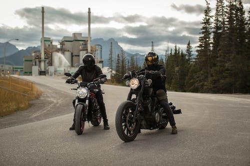 Mannen Rijden Op Motorfietsen
