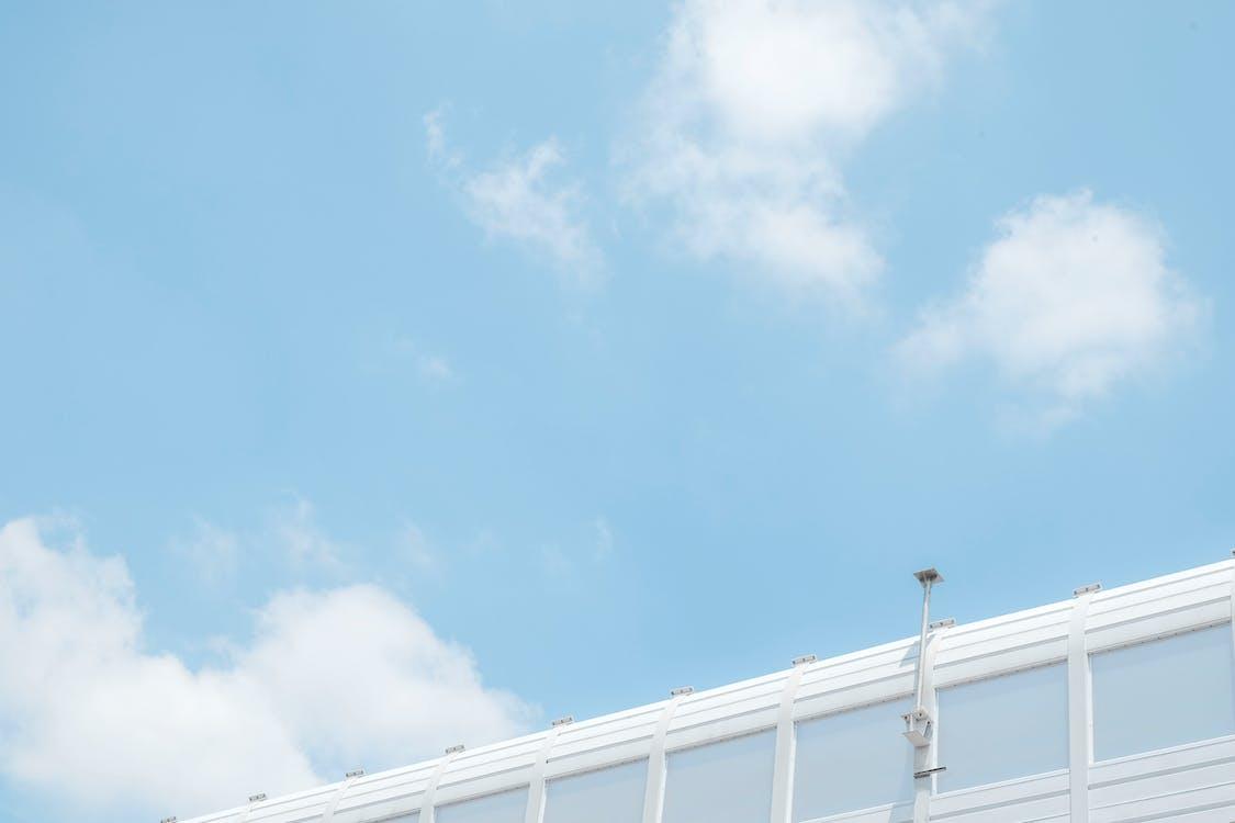 aufnahme von unten, blauer himmel, cctv