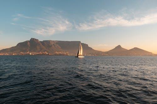 Gratis stockfoto met avontuur, berg, berg uitzicht, boot