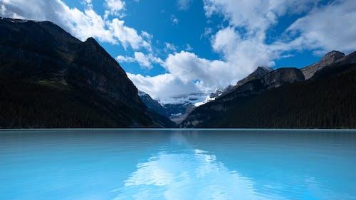#lakelouise #lake #alberta #clouds #mountain #treeの無料の写真素材