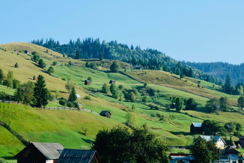 Gratis stockfoto met akkerland, berg, boerderij, boerenwoning