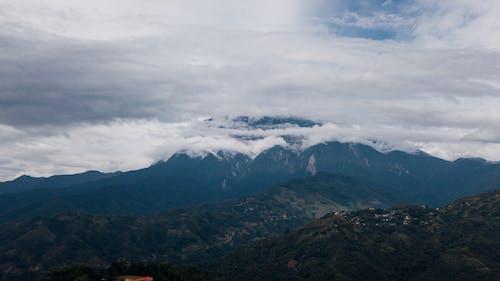 Облака на вершине горы