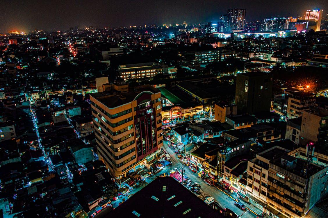 ánh đèn thành phố, các tòa nhà, cảnh quay drone