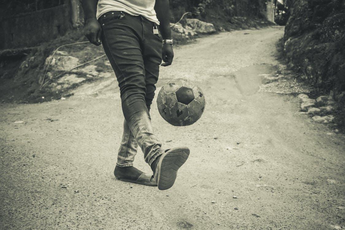 Foto profissional grátis de bola de futebol, futebol, malabarismo