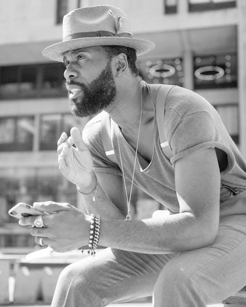 Immagine gratuita di abbigliamento casual, bianco e nero, cappello, focus selettivo