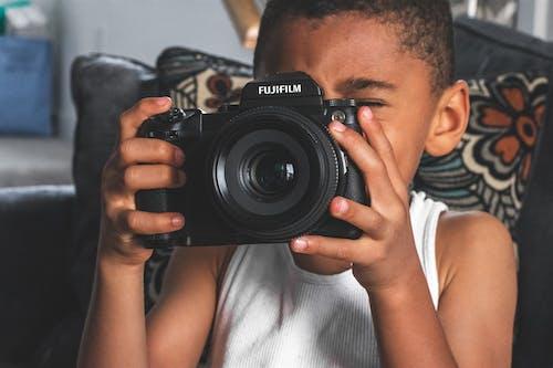 Photos gratuites de à l'intérieur, appareil photo, appareil photo numérique, concentrer