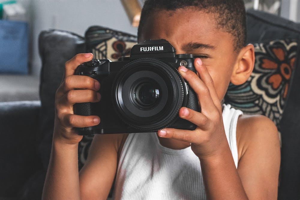 Boy holding a camera | Photo: Pexels
