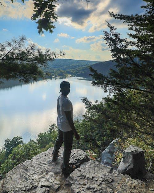 Fotobanka sbezplatnými fotkami na tému cliff edge, jazero, muž, stromy