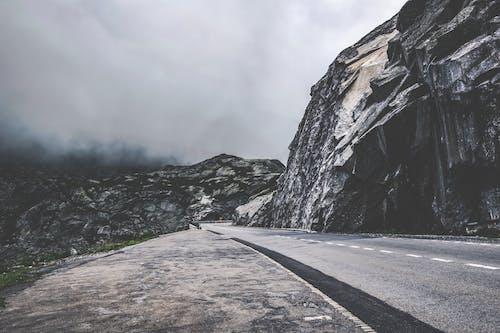 Бесплатное стоковое фото с гора, дневной свет, дорога, живописный