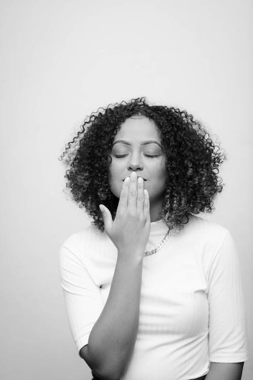Darmowe zdjęcie z galerii z czarno-biały, kobieta, kręcone włosy, na stojąco