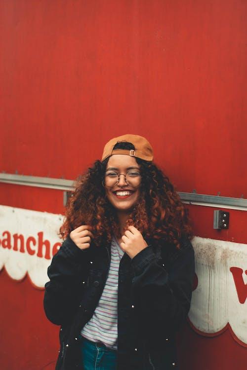 Безкоштовне стокове фото на тему «відпочинок, вираз обличчя, волосина, волосся»