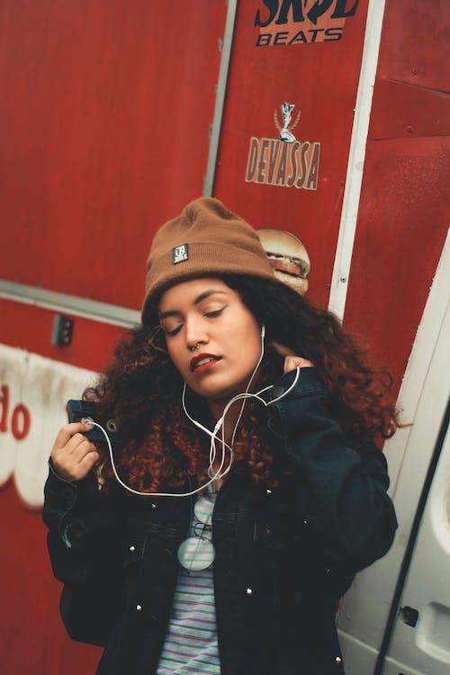 Безкоштовне стокове фото на тему «відпочинок, вираз обличчя, волосина, вродлива»