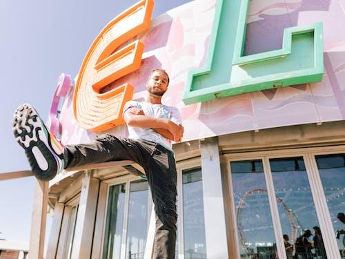 건물, 남자, 다리, 보고 있는의 무료 스톡 사진