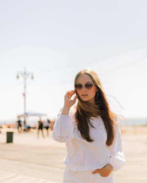 사진 촬영, 서 있는, 선글라스, 셀렉티브 포커스의 무료 스톡 사진