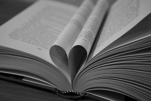 Δωρεάν στοκ φωτογραφιών με amore, bianco e nero, lettura, libro