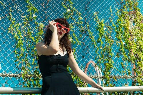 갈색 머리, 검정 드레스, 드레스, 레저의 무료 스톡 사진
