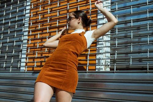 Fotobanka sbezplatnými fotkami na tému bruneta, fotenie, kovová brána, nakláňať sa