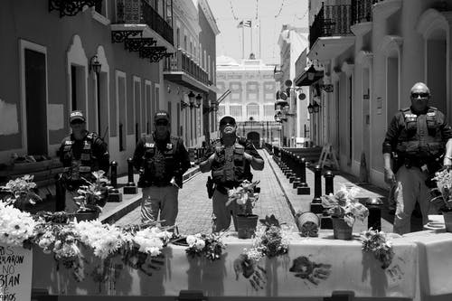 Základová fotografie zdarma na téma armáda, barikáda, budova, černobílý