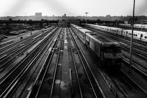 Δωρεάν στοκ φωτογραφιών με αποβάθρα σιδηροδρομικού σταθμού, ασπρόμαυρο, ατμομηχανή, γραμμές τρένου