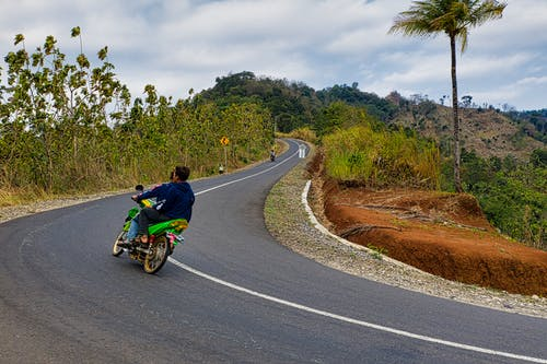 asfalt, bisiklet sürmek, bisikletçi, erkekler içeren Ücretsiz stok fotoğraf