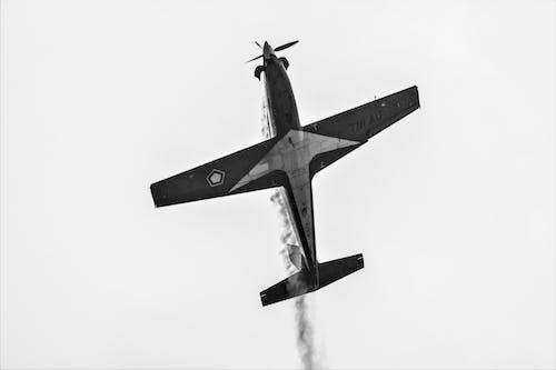 Foto profissional grátis de acrobacia aérea, aeronave, fumaça, hélices