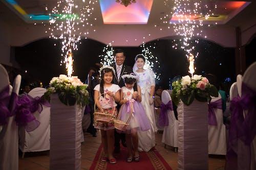 Foto d'estoc gratuïta de blanc, boda, dia del casament, fons morat
