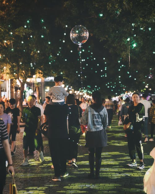 Fotobanka sbezplatnými fotkami na tému Ázijčania, balón, cesta, dav ľudí