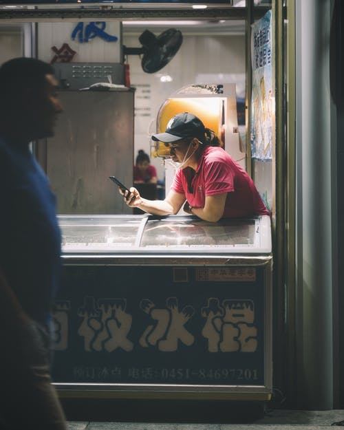 Fotobanka sbezplatnými fotkami na tému Ázijčania, chladnička, čiapka, dospelý