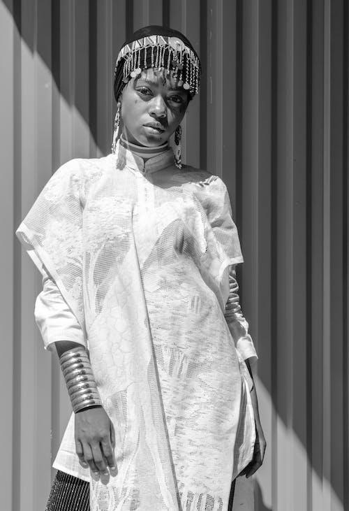 Foto d'estoc gratuïta de blanc i negre, buscant, conjunt de roba, dempeus