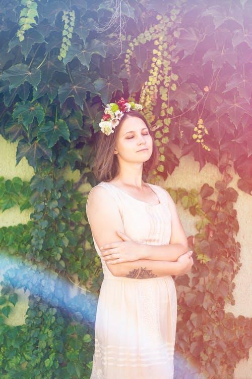 Gratis arkivbilde med ansiktsuttrykk, blader, blomster, blomsterkrans