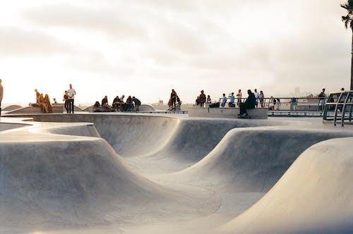 Kostenloses Stock Foto zu menschen, park, schlittschuh, skateboard