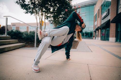 Foto stok gratis kaum wanita, keseimbangan, kinerja, menari break dance