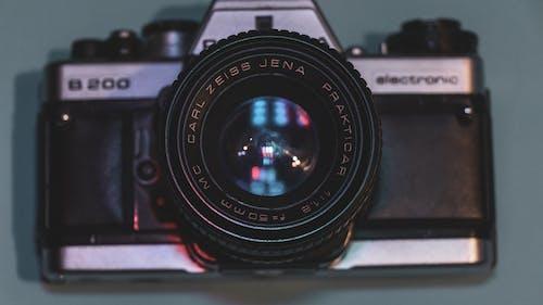 Foto profissional grátis de 50 mm, ancião, azul e vermelho, câmera antiga
