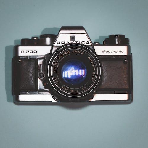 Foto profissional grátis de ancião, azul, azul e vermelho, câmera antiga