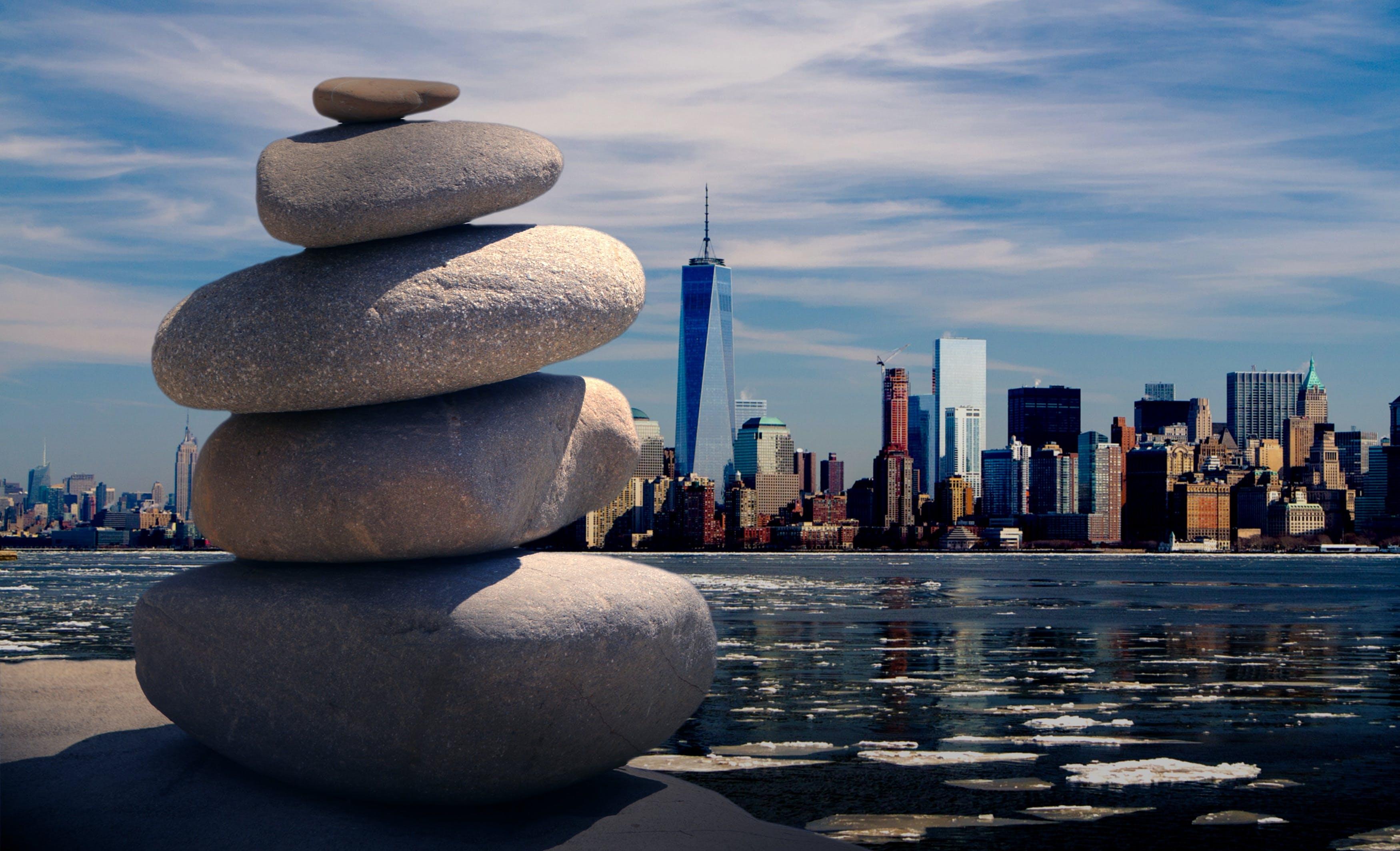 Бесплатное стоковое фото с балансировка камней, безмятежность, вода, город