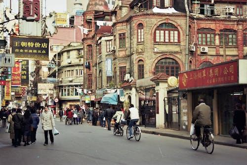 Darmowe zdjęcie z galerii z architektura, budynki, chodzący ludzie, droga
