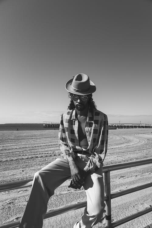 Foto d'estoc gratuïta de assegut, barana de metall, barret, escala grisa
