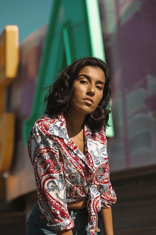 갈색 머리, 사진 촬영, 서 있는, 셀렉티브 포커스의 무료 스톡 사진