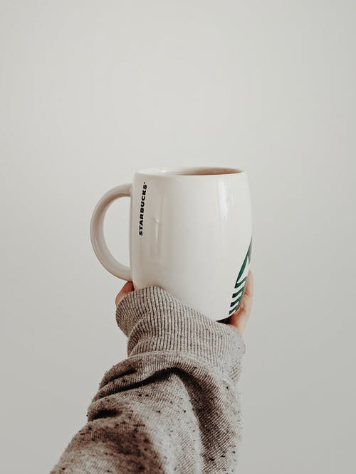 Бесплатное стоковое фото с держать, керамическая чашка, рука, чашка