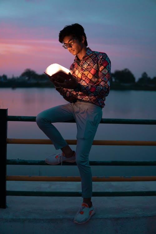 Darmowe zdjęcie z galerii z czas wolny, czytanie, dorosły, jezioro