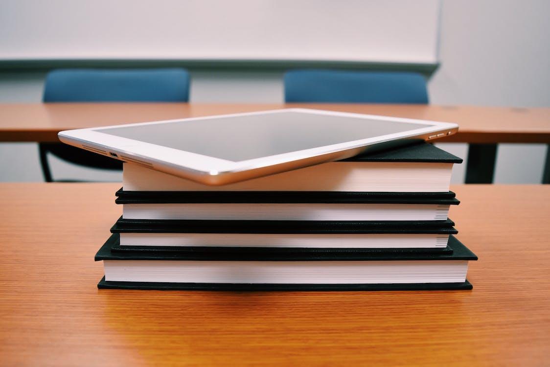 čítať, drevený stôl, internet