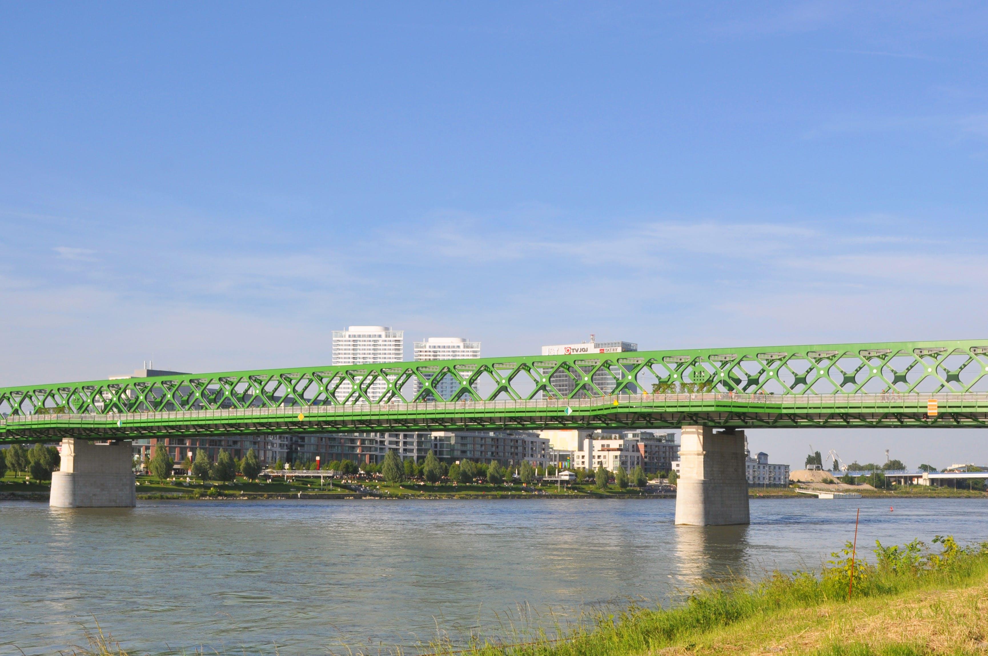 Fotobanka sbezplatnými fotkami na tému banka dunaja, bratislava, breh rieky, budovy