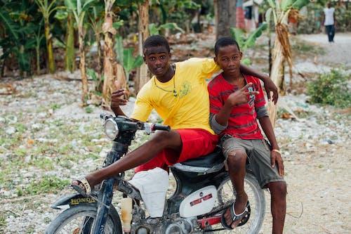Fotobanka sbezplatnými fotkami na tému africký chlapec, byť spolu, chlapci, chlapec tmavej pleti